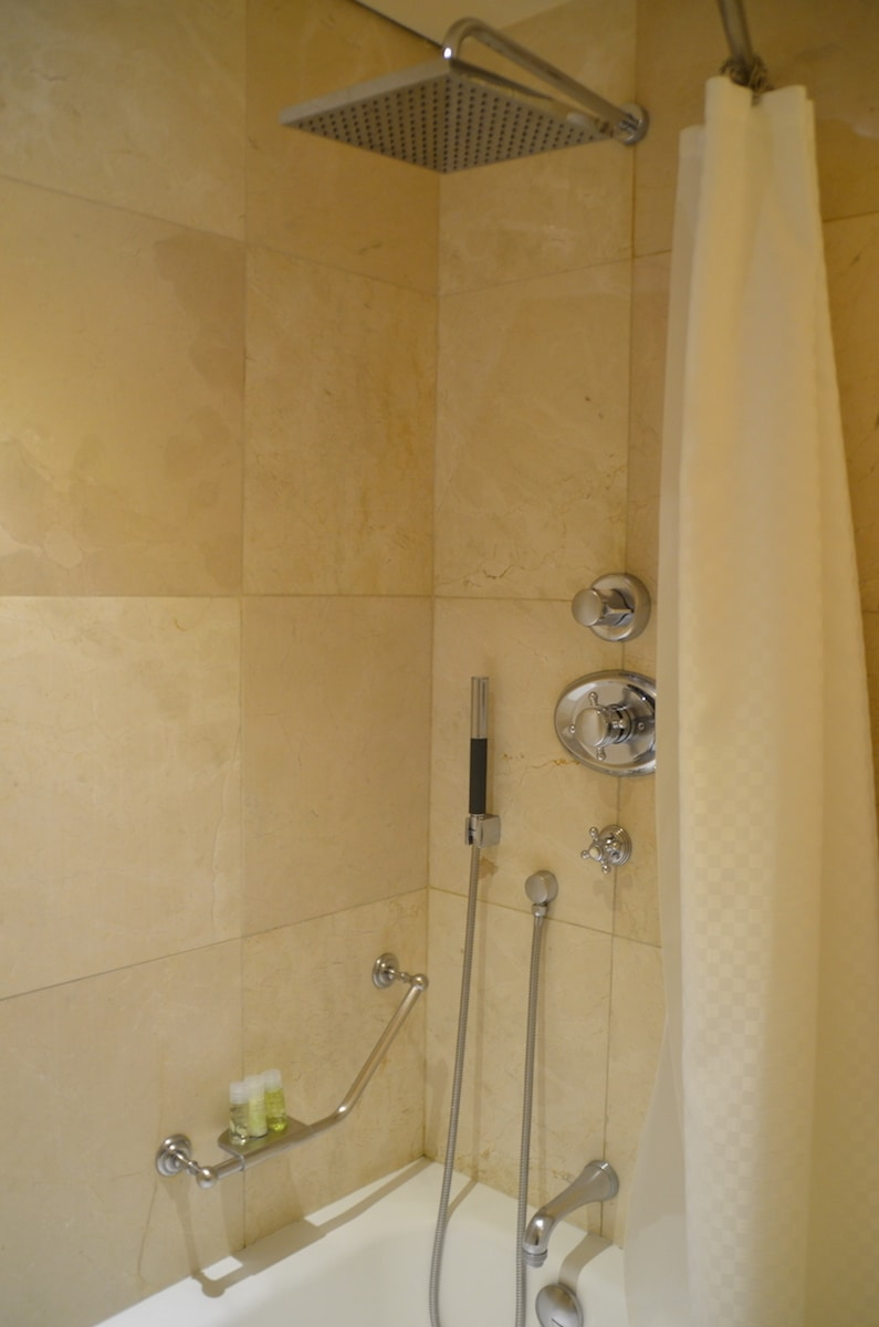The Deluxe rooms at the Westin Palace Madrid have shower/tubs with two showerheads. TravelingWellForLess.com