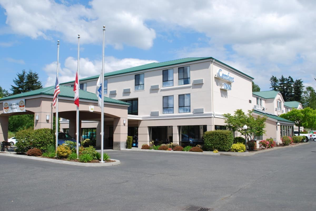 Rooms at the 100% smoke-free Comfort Inn Bellingham include free Wi-Fi, hot breakfast, parking, and airport transportation. #lynden #washington #travel #hotel https://www.travelingwellforless.com