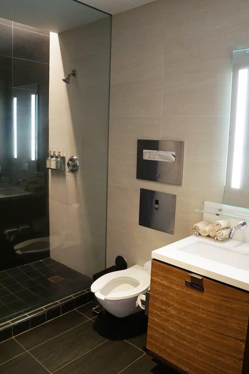 shower Star Alliance Business Class Lounge LAX