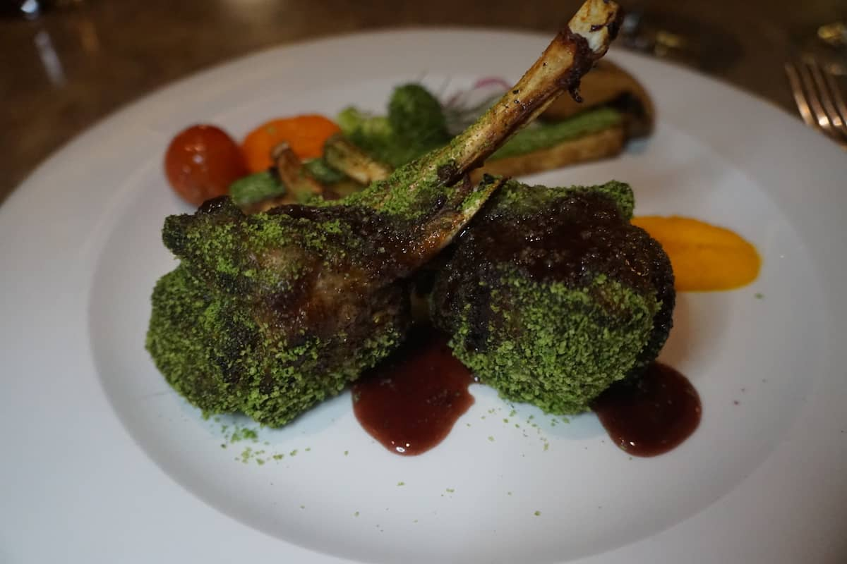 rack of lamb au jus with vegetables